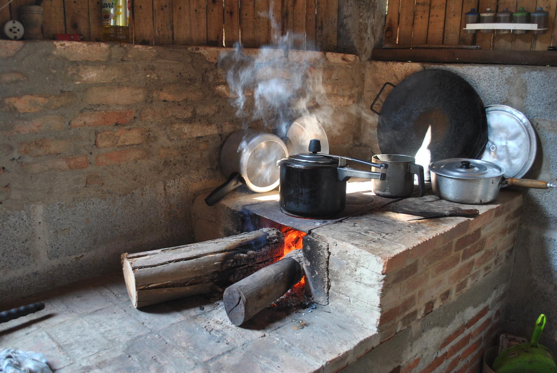 Resultado de imagem para cozinhando na lenha